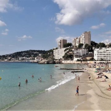 Cort cierra la playa de Cala Mayor por superar el 90% del aforo y la reabre dos horas después cuando había descendido el número de bañistas