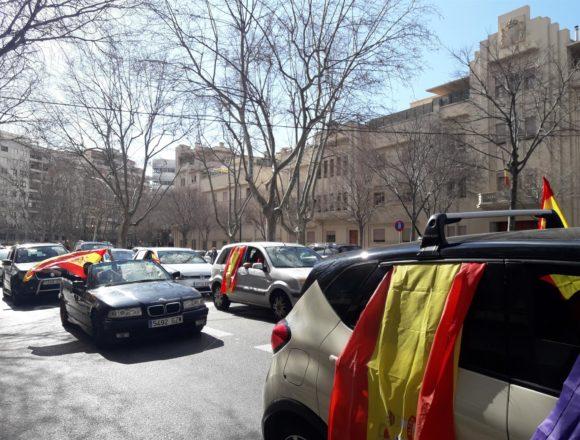 """Más de un centenar de vehículos participan en la manifestación convocada por Foro Baleares para pedir la dimisión de Armengolocinas y gritos de """"Armengol dimisión"""""""