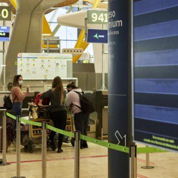 Sanidad amplía la cuarentena a pasajeros que llegan a España para controlar las cepas sudafricana y brasileña
