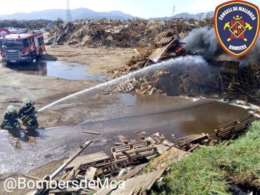 Los Bomberos siguen trabajando en el incendio declarado este jueves en los alrededores de Tirme