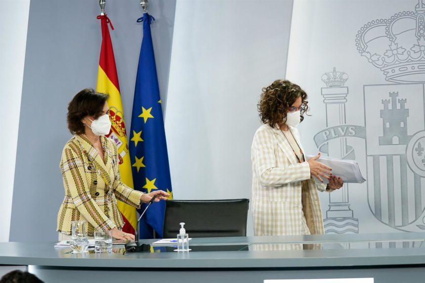 """El Gobierno asegura que España está """"en condiciones"""" de vacunar al 70% de la población en agosto"""