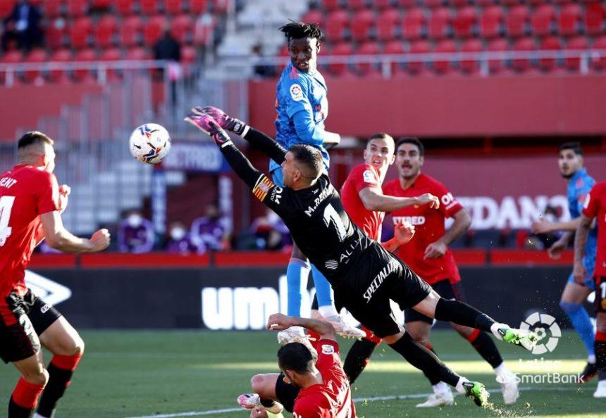 El RCD Mallorca supera al Mirandés 2-1 y obtiene doble premio tras el empate del Almeria