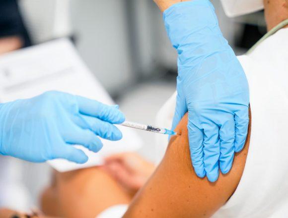 Los ciudadanos de Baleares con una dosis de la vacuna rozan el 70%