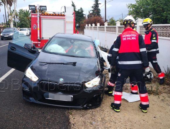 Herido tras colisionar contra otro coche en la Carretera de Sóller y quedar atrapado dentro del vehículo