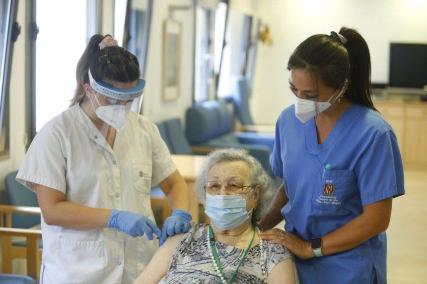 Arranca la vacunación de la tercera dosis en las residencias de Baleares