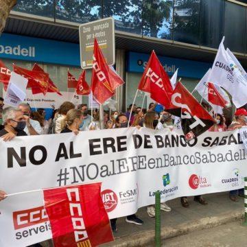 Trabajadores del Sabadell se concentran en Palma para protestar por el ERE, que podría afectar a 54 personas en Baleares